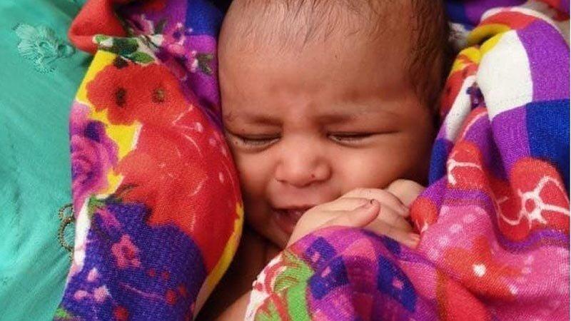 В Индии лодочник спас новорожденную девочку, плывущую в ящике по реке