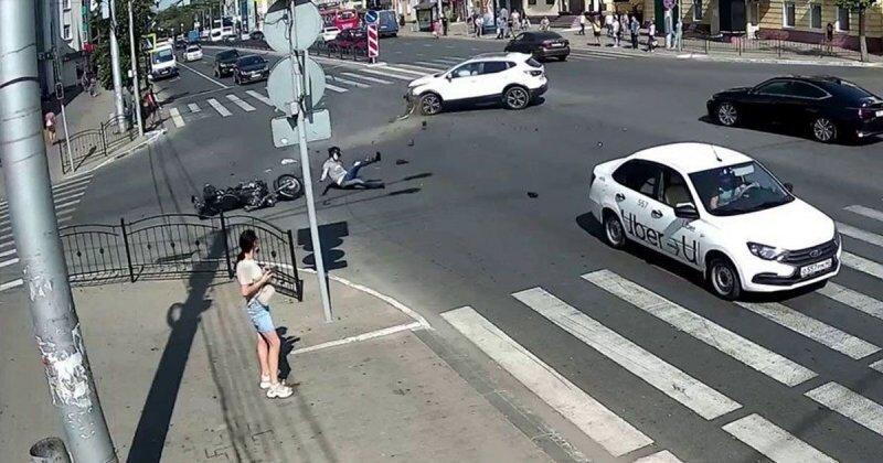Авария с мотоциклом в Калуге попала на запись камеры видеонаблюдения