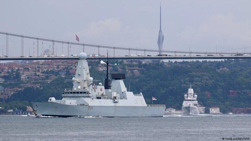 Сторожевой корабль ВМС РФ открыл огонь по британскому эсминцу