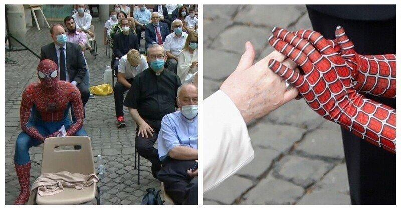 Человек-паук пообщался с Папой Римским и вручил ему подарок
