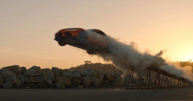 Toyota Supra пролетела 30 метров и приземлилась в стопку картонных коробок