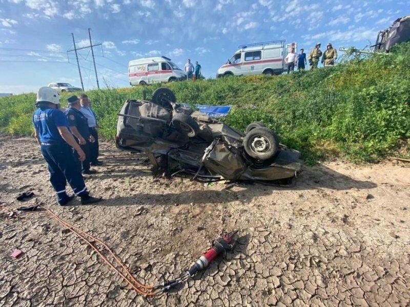 Авария дня. В Ростовской области погиб водитель такси