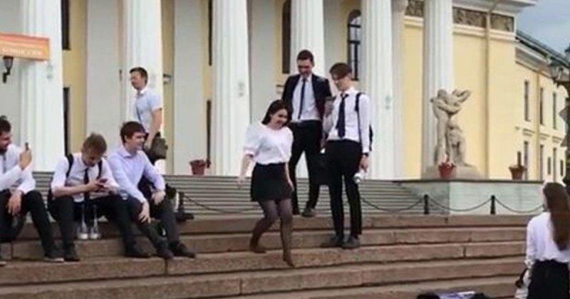 Выпускница Горного университета прыгнула в одежде в Неву