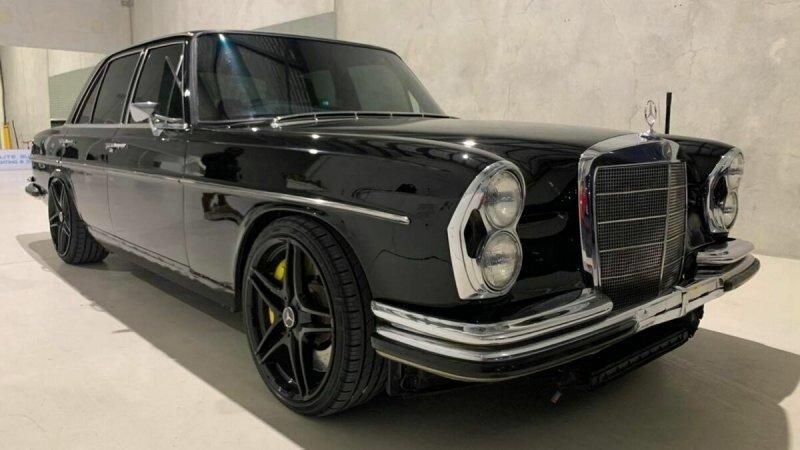 Mercedes-Benz 1968 года получил двигатель и интерьер от современного Mercedes AMG C63S
