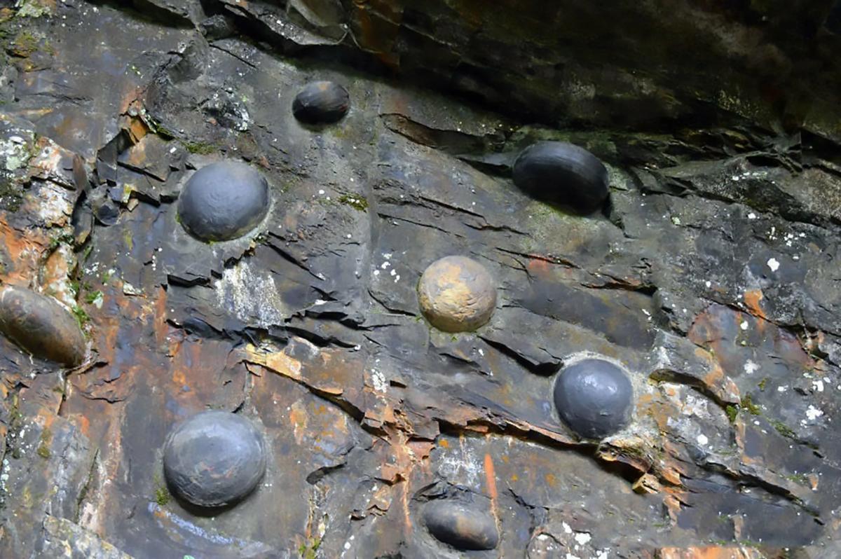 В Китае скала откладывает каменные яйца