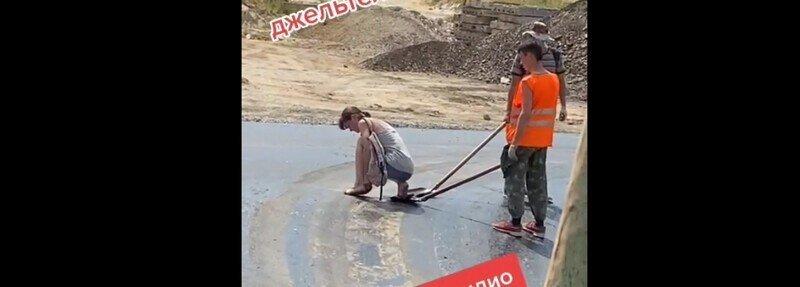 Веселые дорожники помогли незадачливой девушке