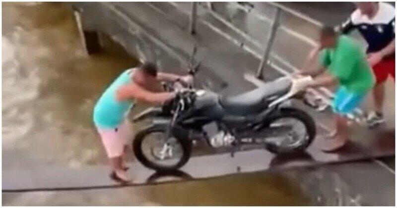 Неудачная попытка перевозки мотоцикла по узкой доске