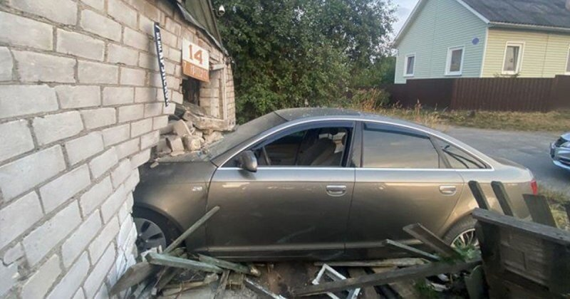 В Витебске пьяный водитель пытался скрыться от ГАИ и въехал в частный дом