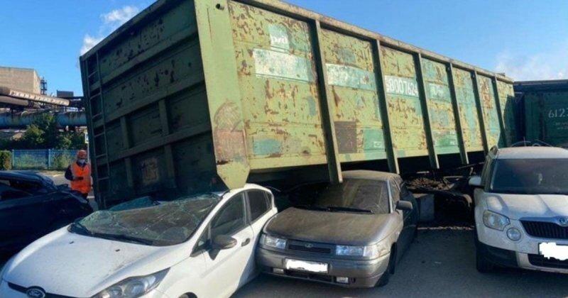 В Череповце вагон сошел с рельсов и подмял под себя несколько припаркованных автомобилей