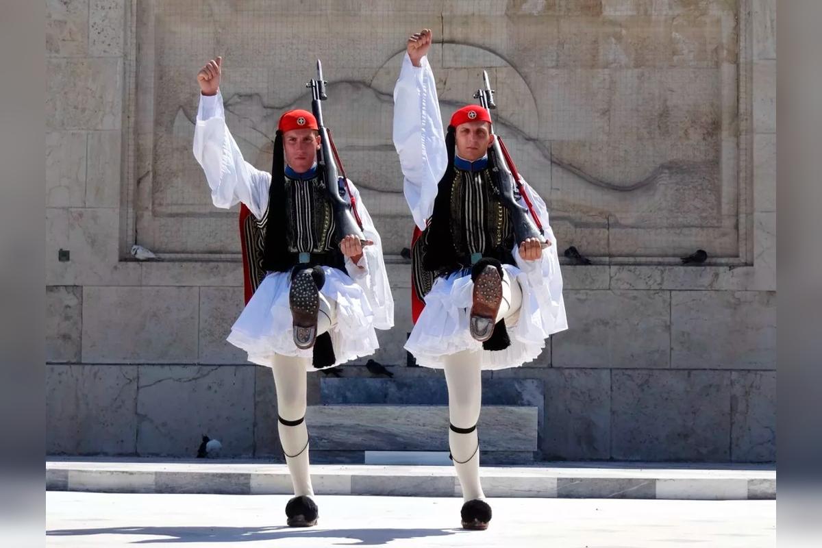 Почему греческие гвардейцы носят юбки и туфли?