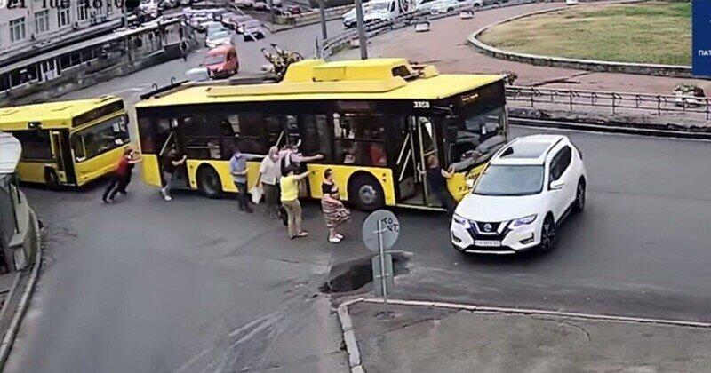 Курьёзный случай: пассажиры троллейбуса устроили ДТП