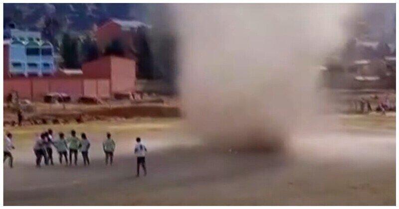 В Боливии футбольный матч был отложен из-за появившегося на поле «пылевого дьявола»