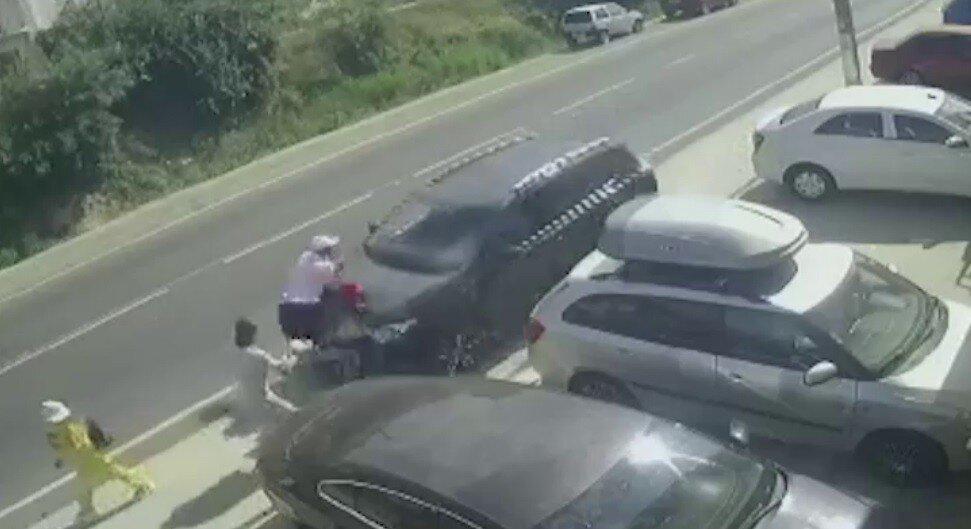 Сукко: иномарка съехала на тротуар и собрала капотом семью отдыхающих, включая троих детей