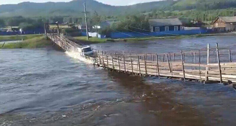 Пешеходный мост разрушился под грузовиком