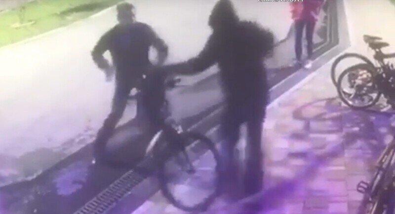 Бандит попытался украсть велосипед, но бдительные охранники настигли его