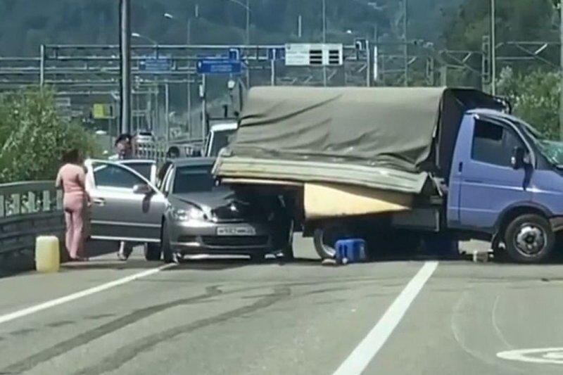 Авария дня. Жесткое столкновение «ГАЗели» с «КамАЗом» в Сочи