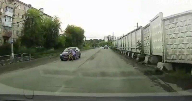 Авария дня. Пенсионерка бросилась под колеса  автомобиля
