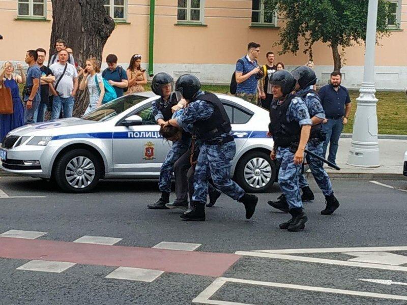 Усы, лапы и хвост: россиянин предъявил полиции содержание трусов, вместо документов