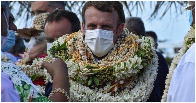 Макрон стал похож на новогоднюю ёлку во время поездки во Французскую Полинезию