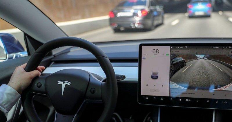 Автопилот Tesla ошибочно принимает луну за светофор, замедляя скорость автомобиля