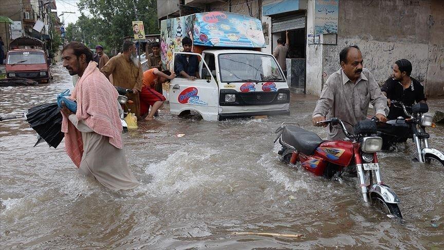 В Пакистане разверзлась дорога и поглотила рабочих: видео