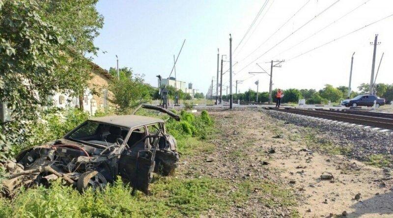 Вчера праздновал, сегодня на больничной койке: в Крыму поезд на переезде протаранил ВАЗ