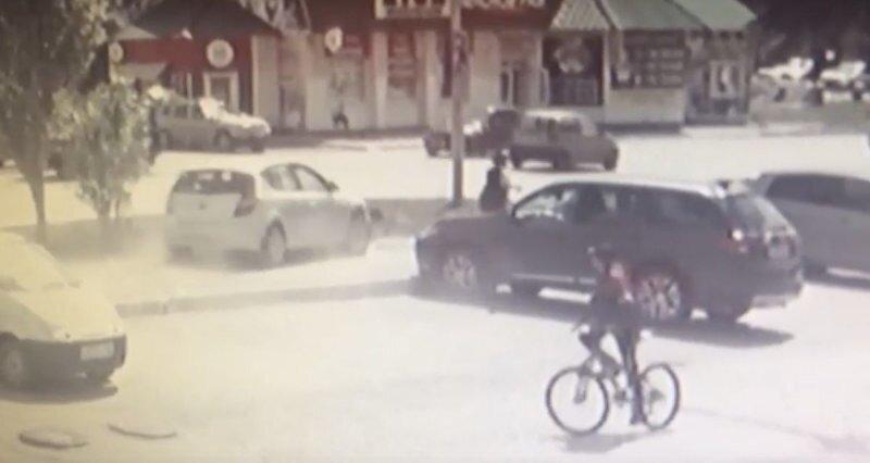 В Башкирии пожилая автомобилистка перепутала педали и сбила женщину