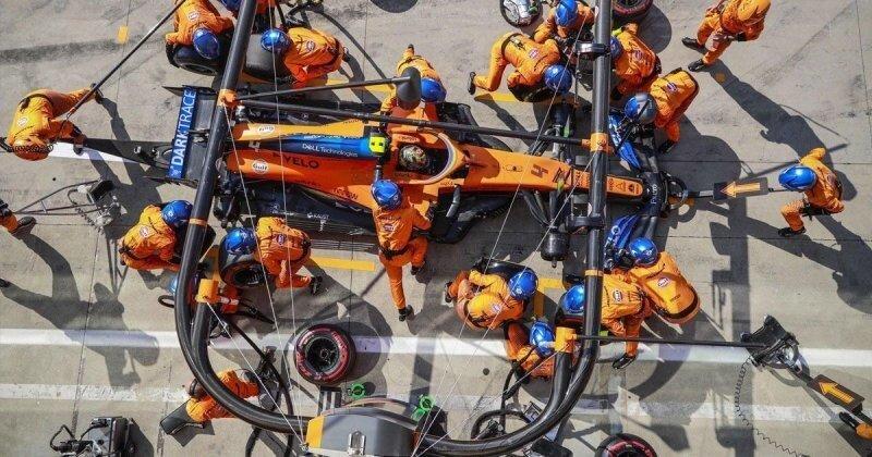 Команда McLaren F1 показывает, как подготавливается место для пит-стопа перед Гран-при