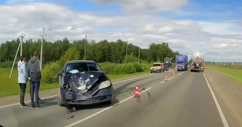 Лесовоз потерял колесо: встречному «Приусу» не повезло
