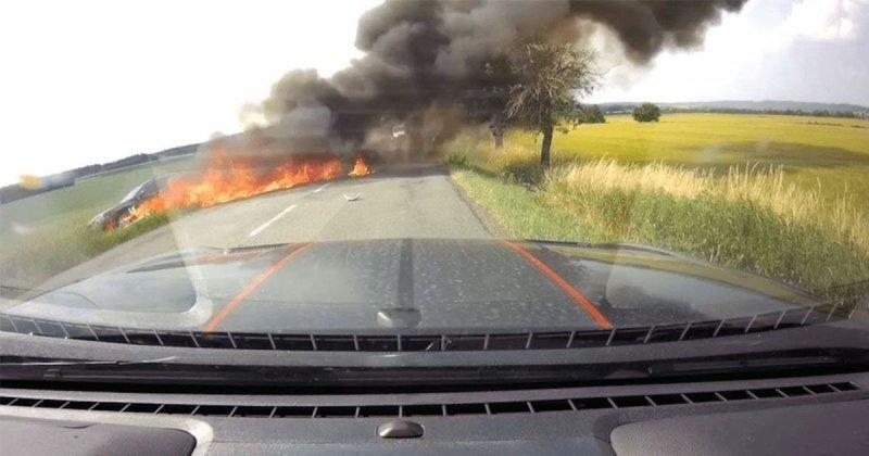 Страшное ДТП из Чехии: мотоцикл поджег машину с ребенком после падения