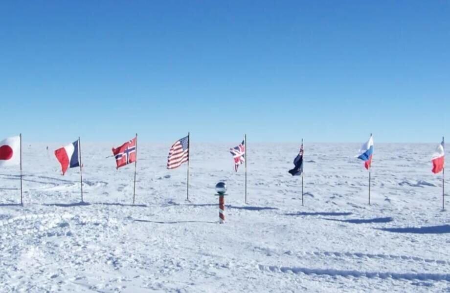 Сколько флагов стоит на Северном полюсе