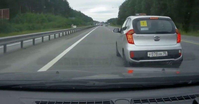 Нетерпеливый водитель оказался в кювете, пытаясь опередить новичка на дороге