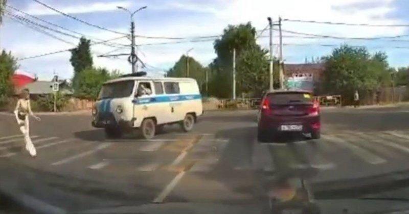 В Иванове полицейский УАЗ сбил молодую девушку