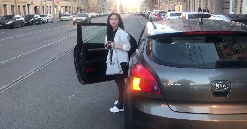 Любительница парковаться вторым рядом не смогла убедить принципиального мужчину, «что ей только ключи забрать»