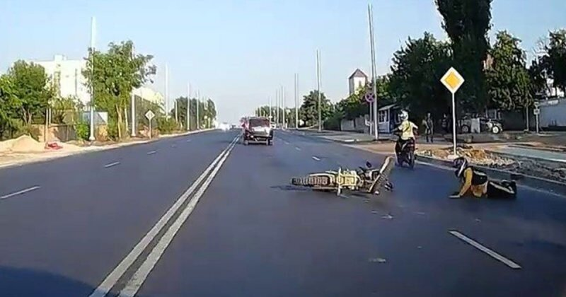 Факир был пьян и фокус не удался: неумелый мототрюкач из Крыма попытался проехать на заднем колесе