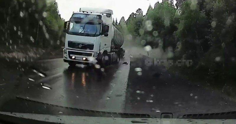 Авария дня. Под Красноярском фура снесла с дороги легковой автомобиль
