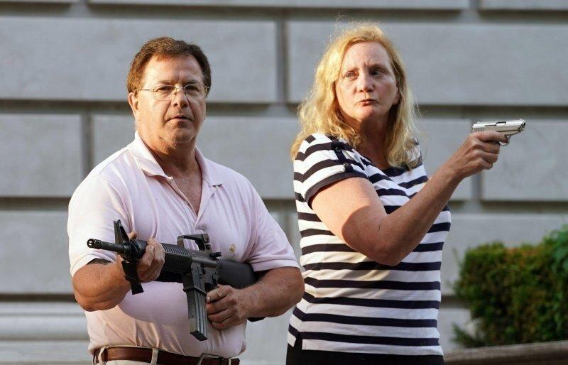 Губернатор Миссурипомиловал супругов, направивших оружие на демонстрантов BLM