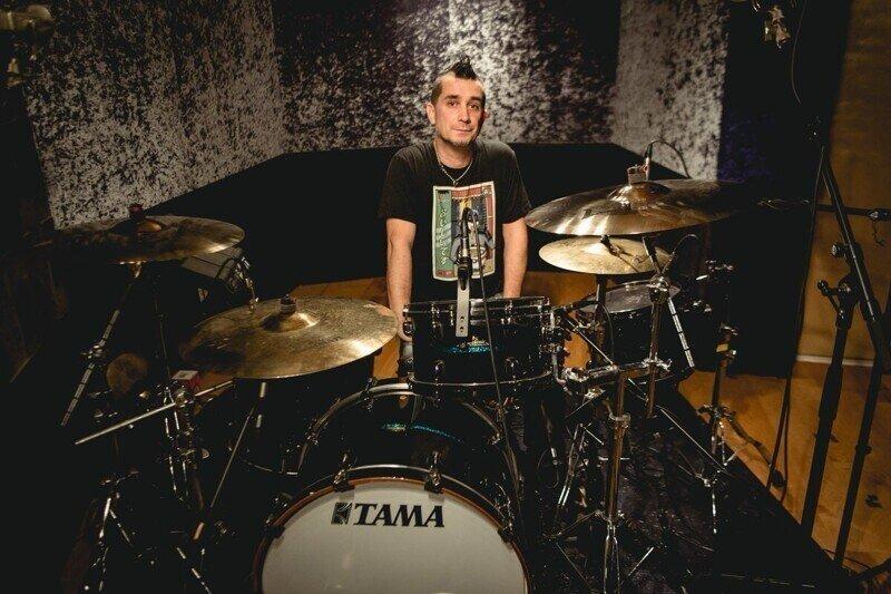 Больше не с The Offspring: барабанщик Пит Парада уволен из группы за отказ вакцинироваться