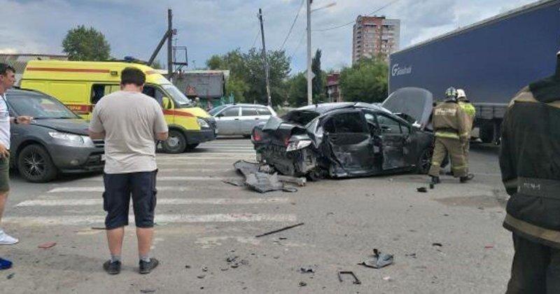 Авария дня. В Омске в ДТП с фурой пострадала пенсионерка