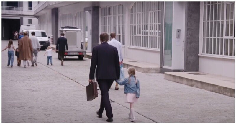 Взрослые возвращаются в офис после нескольких месяцев работы из дома