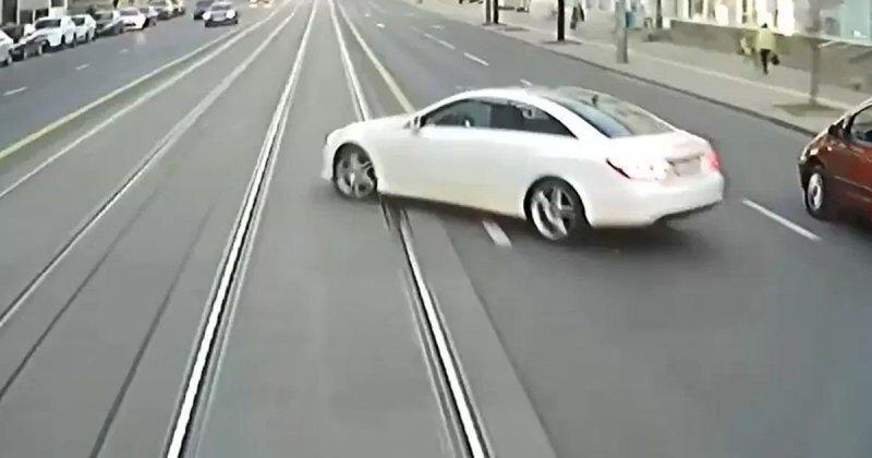 Девушка на Mercedes столкнулась с трамваем в Минске