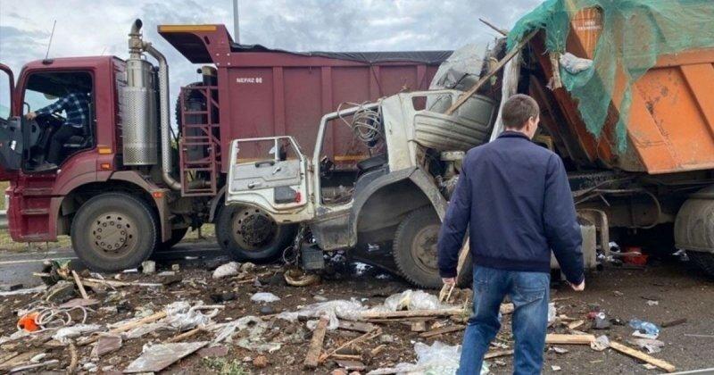 Авария дня. В Татарстане «КамАЗ» влетел в пару грузовиков