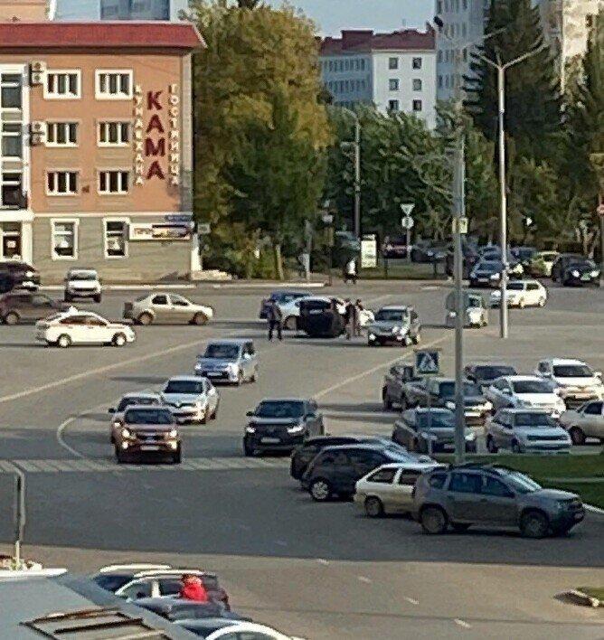 В Башкирии. Иномарка таранила ВАЗ на городской площади