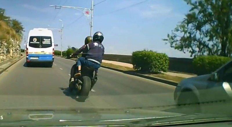 В Севастополе мотоциклист влетел в столб: пассажир получил травмы