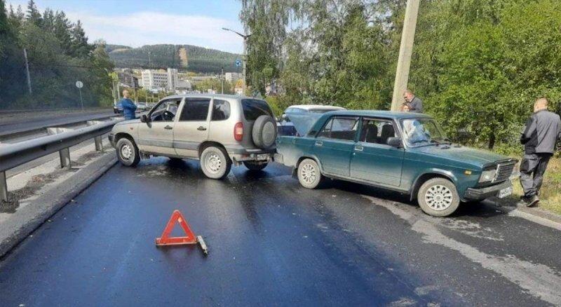 В Челябинской области из-за разлива битума повреждения получили около 20 автомобилей