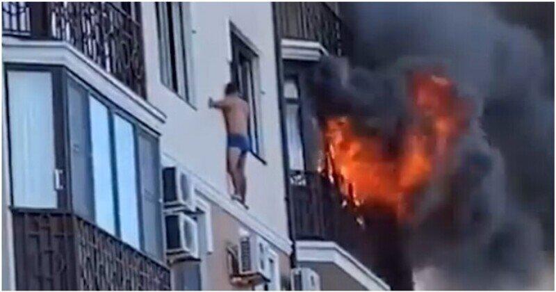 Мужчина в одних трусах вылез на карниз многоэтажки, чтобы спастись от пожара