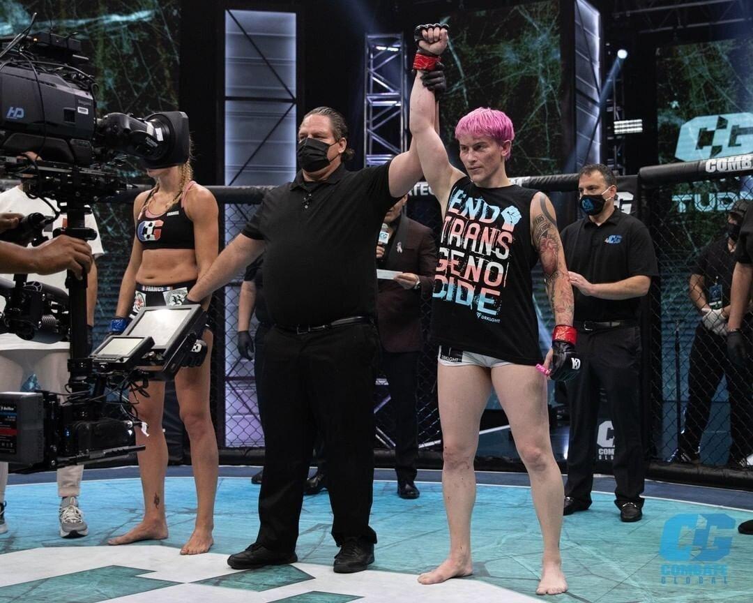 Привет феминисткам! Женщина-трансгендер досрочно выиграло первый же бой в ММА