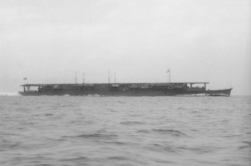 От радости американский лётчик запел в радиоэфире: потопили первый японский авианосец! Дело было в 1942 году