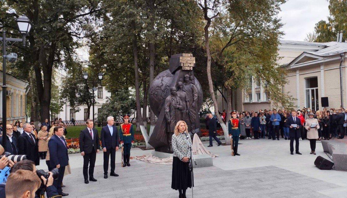 Дань подвигу: в Москве открыт памятник врачам, побеждающим коронавирус