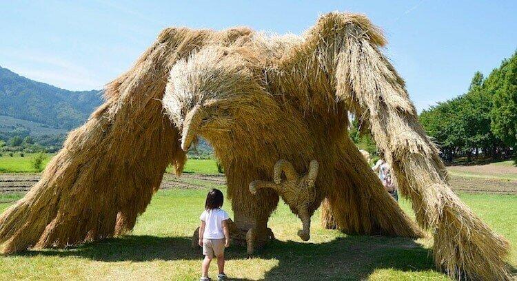 Гигантские соломенные скульптуры на японском фестивале искусств